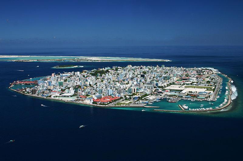 При взгляде наМале, столицу Мальдив, ни укого неповернётся язык назвать опасающихся повышения уровня моря паникёрами.