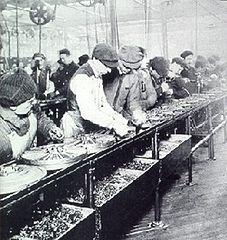 Сборочная линия назаводе Форда. 1913 год.