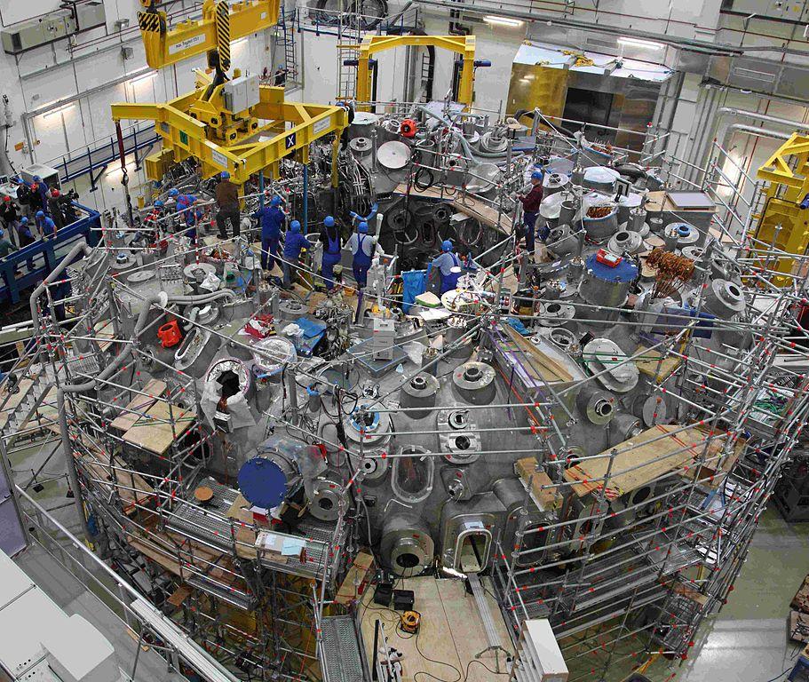 """Звёзды шарообразны, но <em>Wendelstein7-X</em>, как ивсе остальные реакторы термоядерного синтеза, тороидален (""""сферический"""" американский токамак <a href=""""http://en.wikipedia.org/wiki/National_Spherical_Torus_Experiment""""><em>NSTX</em></a>, насамом деле, тоже тор, но сочень узким отверстием). Требование такой формы является следствием необходимости удерживать плазму при помощи магнитного поля иможет быть объяснено <a href=""""http://ru.wikipedia.org/wiki/%D0%A2%D0%B5%D0%BE%D1%80%D0%B5%D0%BC%D0%B0_%D0%BE_%D0%B5%D0%B6%D0%B5"""">теоремой опричёсывании сферического ежа</a> (представьте, что векторы магнитного поля— это иголки). Тороидальная форма реактора позволяет получить своего рода замкнутую магнитную поверхность."""