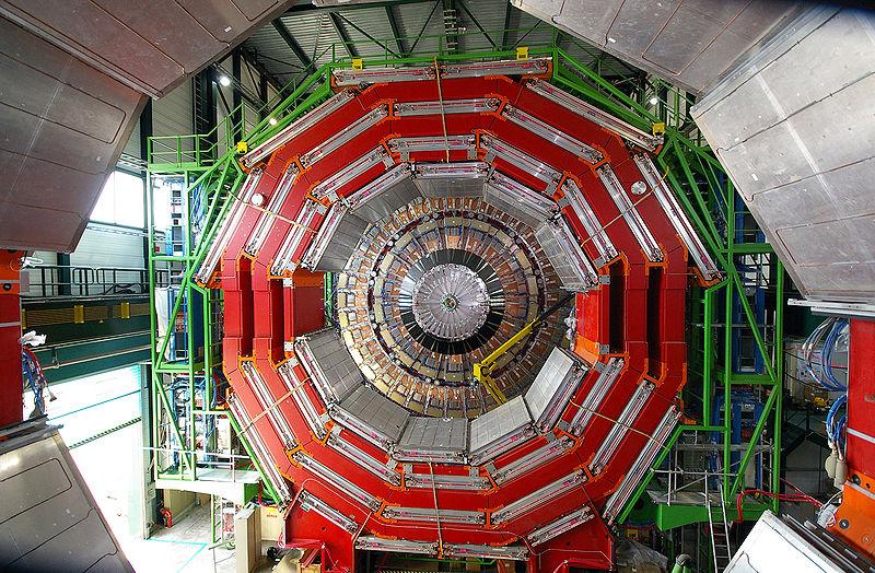 Вид торца компактного мюонного соленоида. Лестница справа внизу даёт представление омасштабе.