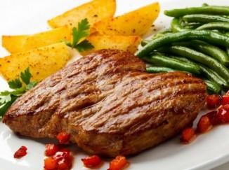 Неперевариваемый крахмал, содержащийся вкартофеле ибобовых, помогает компенсировать вред от частого употребления красного мяса.