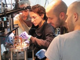 На фото: участники исследовательской группы Серж Розенблюм, Юлия Ловски, Орел Бехлер иИтай Шомрони возле первого вмире полностью фотонного роутера.