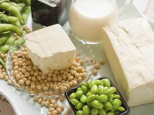 Высокое содержание белка (от 30 до 50% от общей массы) всеменах при относительной дешевизне производства делает сою одним из самых популярных вмире пищевых продуктов.