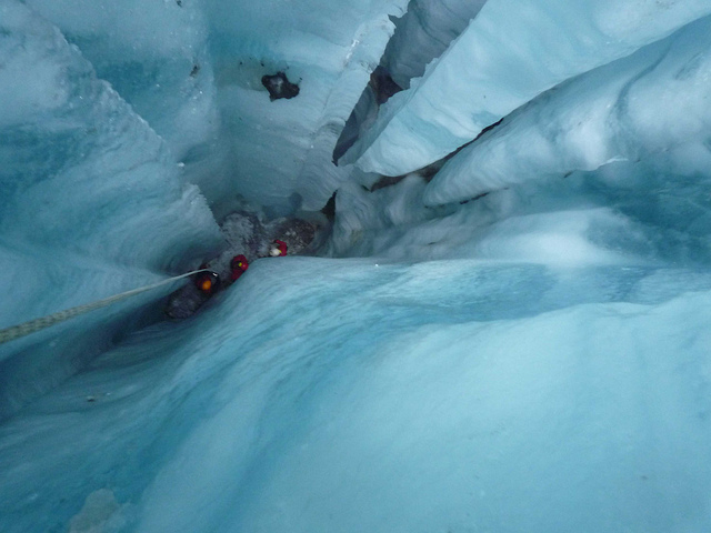 Втёплое время года талые воды текут по поверхности ледника Форни, пока невстретят область слабого льда. Втаких местах возникают глубогие вертикальные промоины. Исследователи иэкстремальные туристы спускаются впромоины, чтобы осмотреть пласты льда времён ледникового периода.