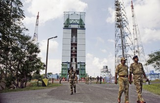 На заднем плане— ракета PCLV-C25, выведшая индийский аппарат вкосмос. Фото— AP.