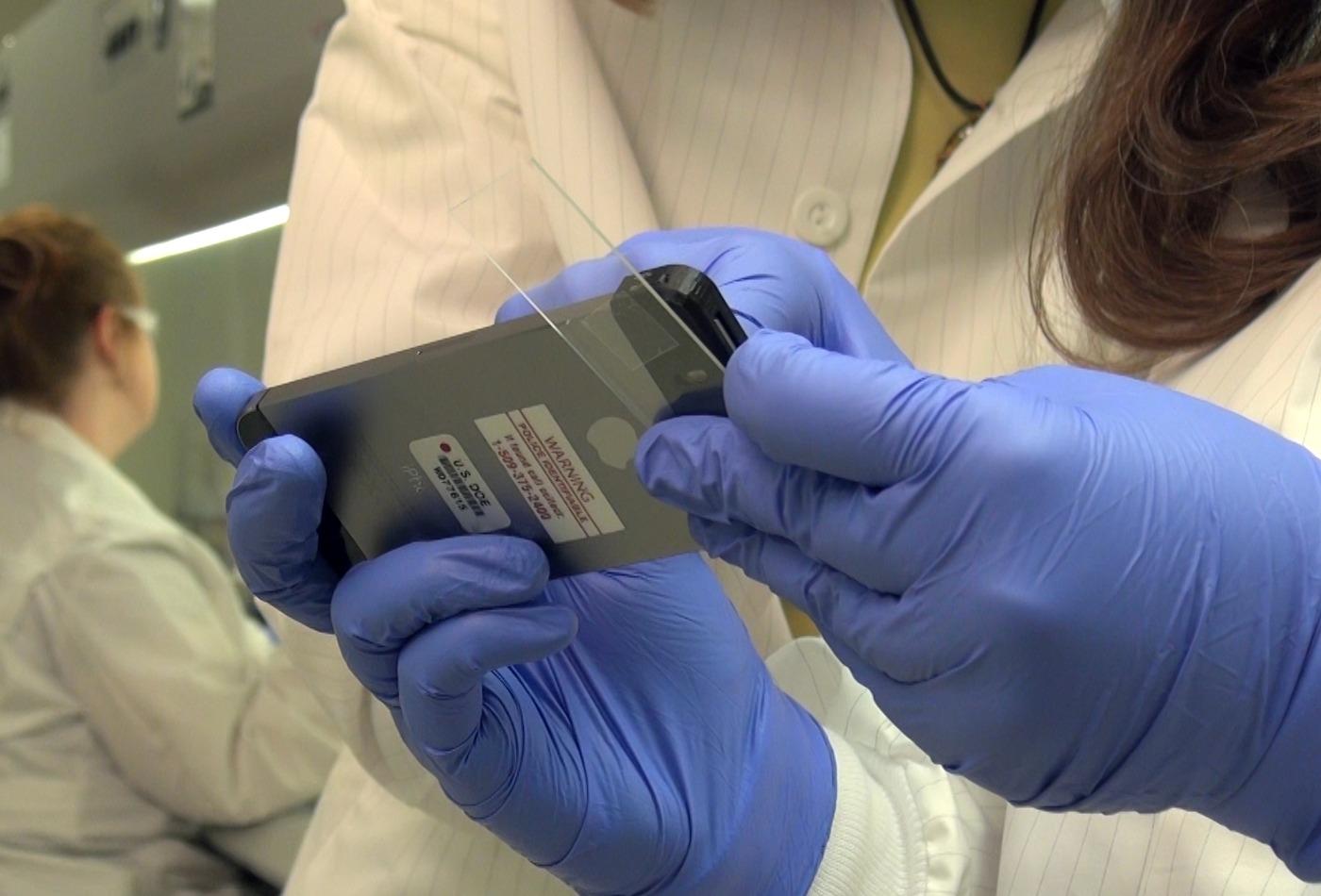 Исследователи рассматривают искусственные споры сибирской язвы через 1000-кратный микроскоп, напечатанный на3D-принтере.