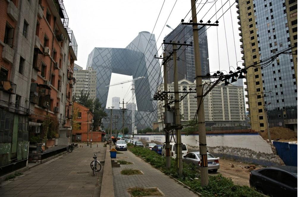 Штаб-квартира <i>CCTV</i>— небоскрёб вПекине. Строительные работы начались 22сентября2004года, в2009году строение было завершено. Архитекторами здания являются РемКолхас иОлеШерен (компания <i>OMA</i>). Здание имеет высоту 234м исостоит из 54этажей.