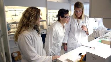 Профессор Кристина Маккензи (в центре).
