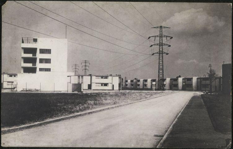 Жилой кооперативный посёлок Тёртен вДессау. Построен с1926 по 1928 год по проекту Вальтера Гропиуса, учредителя Баухауса. Посёлок был спроектирован сучётом потребностей жителей ипредусматривал постепенный рост населения. Архитекторы Баухауса 1920—1930-х гг. ориентировались всвоём творчестве наснижение издержек ипрактическую функциональность.