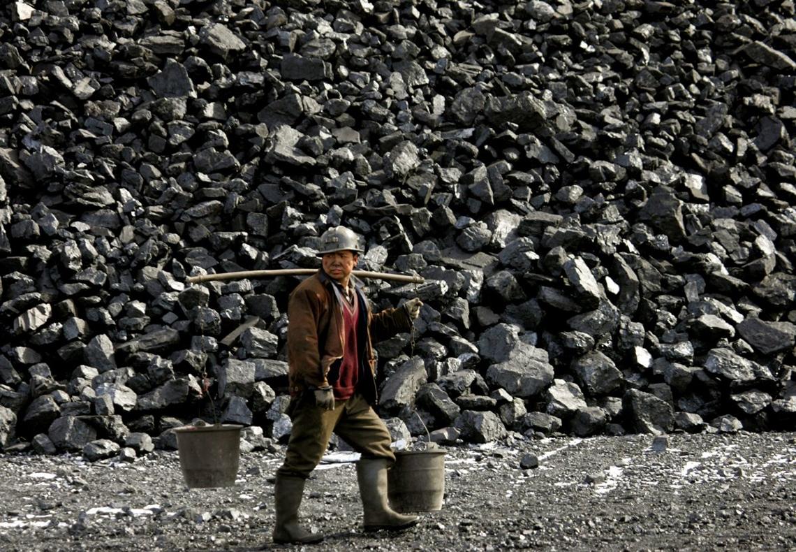Китай занимает первое место вмире по добыче угля. В2013 году вПоднебесной было добыто 3680млн. тонн угля. Это 46,6% всей мировой добычи.