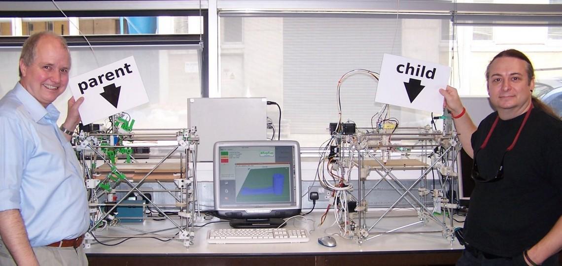Адриан Боуер (слева) иВик Оливер (справа) рядом сустройством RepRap иего первой копией, все пластиковые части которой напечатаны народительском устройстве. Предполагается, что вбудущем RepRap сможет печатать также металлические, керамические, цементные идаже съедобные детали, атакже будет оснащён бормашиной, лазером, паяльником ироботизированным манипулятором.
