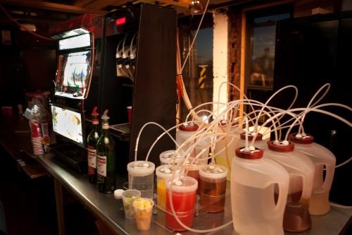 Barbot, робот для смешивания коктейлей, созданный энтузиастами из NYC Resistor.
