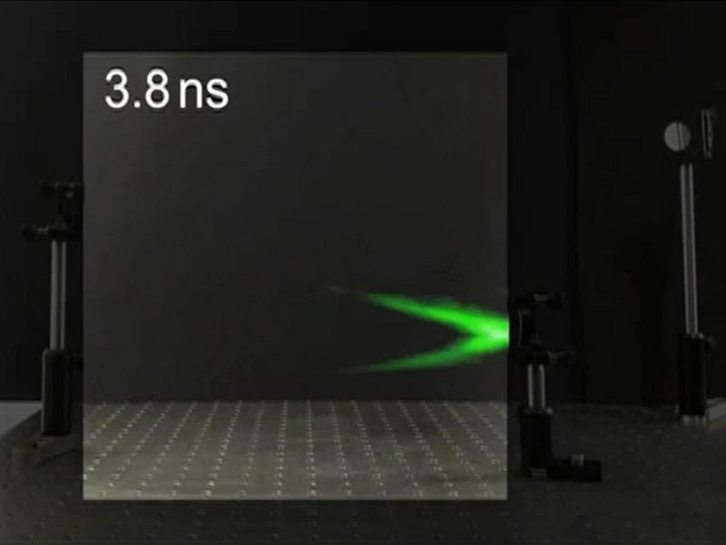 Лазерный импульс отражается от зеркала.