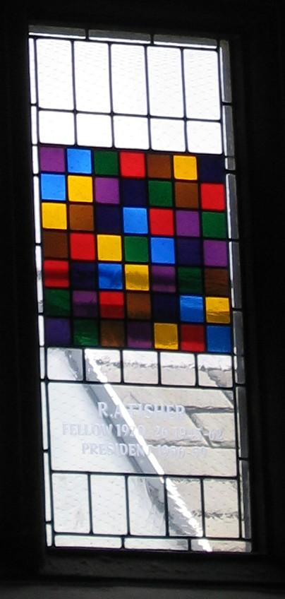 Латинским квадратом n-го порядка называют таблицу размера n×n, заполненную n элементами множества M так, что вкаждой строке ивкаждом столбце каждый элемент множества M встречается ровно один раз. Нафото— окно вКембридже свитражом ввиде латинского квадрата седьмого порядка