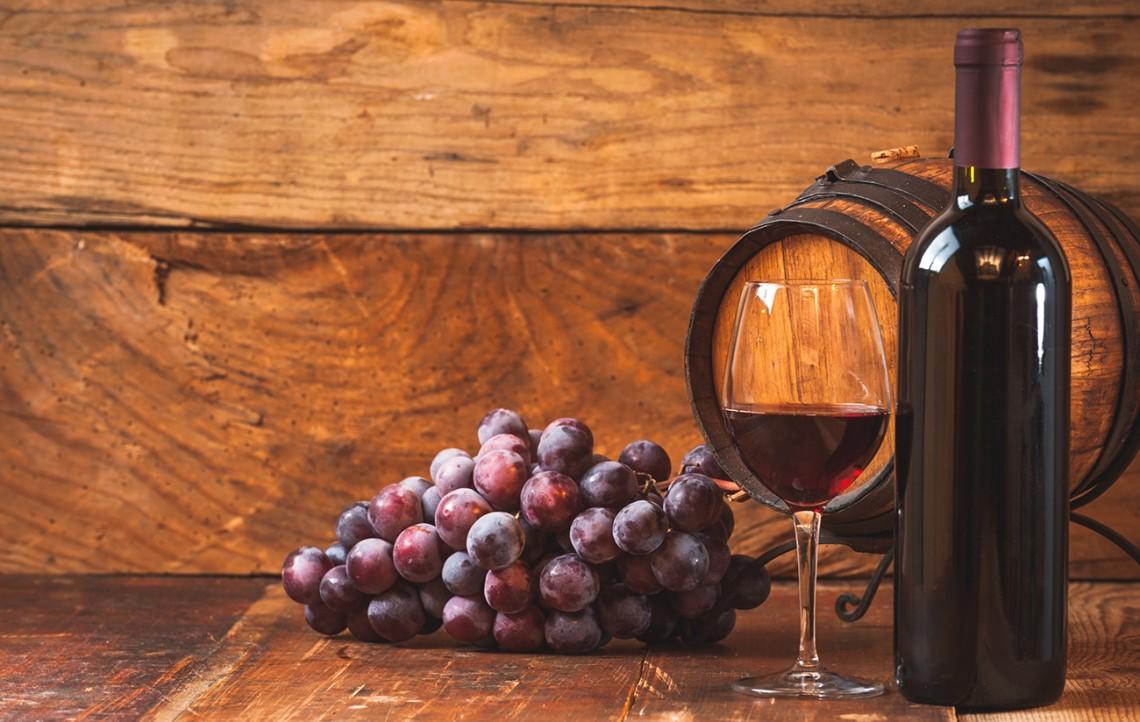 В винограде, виноградном соке, вине содержится ресвератрол. Опыты наживотных моделях (на мышах, крысах, дрозофилах) показали, что это вещество обладает определённой противоопухолевой иантиэйджинговой активностью. Однако достоверных результатов клинических испытаний ресвератрола налюдях пока нет. И, во всяком случае, вылечить рак, питаясь виноградом ивином ипренебрегая медицинскими мероприятиями,— нельзя.