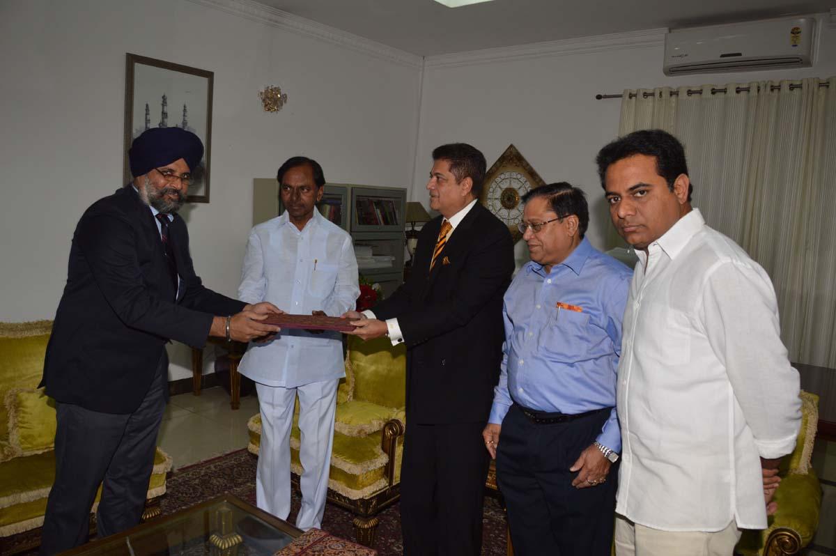 Меморандум овзаимопонимании подписан Харпритом Сингхом, штат Телангана, иБирендрой Раджем Даттом, <i>PhotonIC</i>, врезиденции главного министра штата.