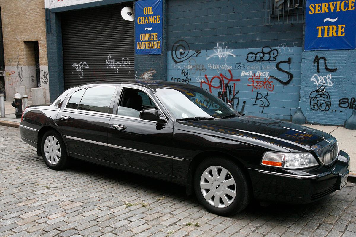 Изначально водители, участвующие всистеме <i>Uber</i>, могли пользоваться лишь автомобилями представительского класса <i>Lincoln Town Car</i>, <i>Cadillac Escalade</i>, <i>BMW</i> серии <i>7</i>, <i>Mercedes-Benz S550</i>. В2012 году список доступных автомобилей расширен. Нафото— <i>Lincoln Town Car</i>.