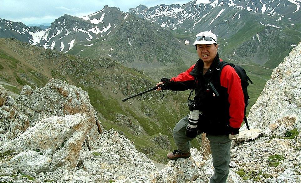 Ли Вэйдун показывает, где он иего команда наблюдали Илийскую пищуху виюле 2014 года.