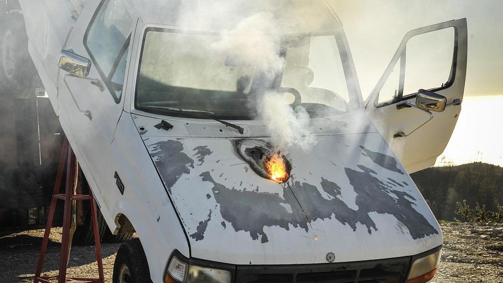 Автомобиль, поражённый лазером, был установлен натестовом стенде.