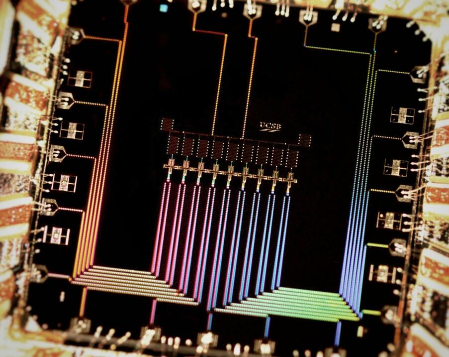 Квантовое устройство сдевятью сверхпроводящими кубитами, расположенными вряд. Каждый кубит взаимодействует со своими ближайшими соседями для обнаружения икоррекции ошибок.