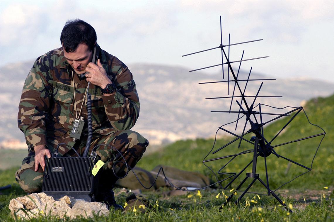 Спутниковый телефон, как правило, несколько крупнее обычного сотового, отличается он от современных мобильников изаметной антенной. Наиболее серьёзные модели, обеспечивающие связь всамых далёких уголках планеты, могут быть оборудованы выносной антенной (см. фото)