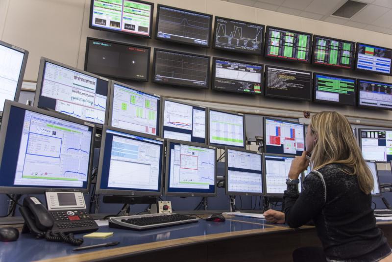 Сотрудник Операционной группы БАКа контролирует качество пучков Большого адронного коллайдера.