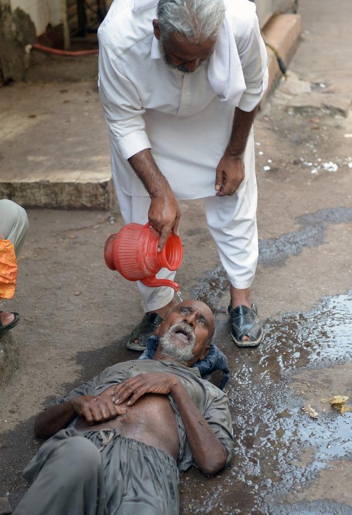 Пакистан, лето 2015 года. Первая помощь жертве теплового удара.