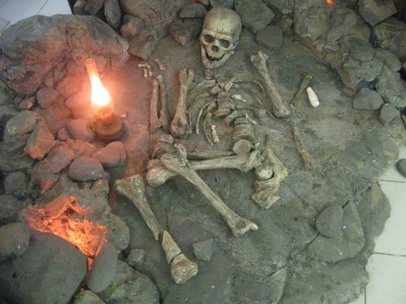Реконструкция захоронения неандертальца вЛа-Шапель-о-Сен. Дарвиновский музей, Москва. Фото— А. Соколов