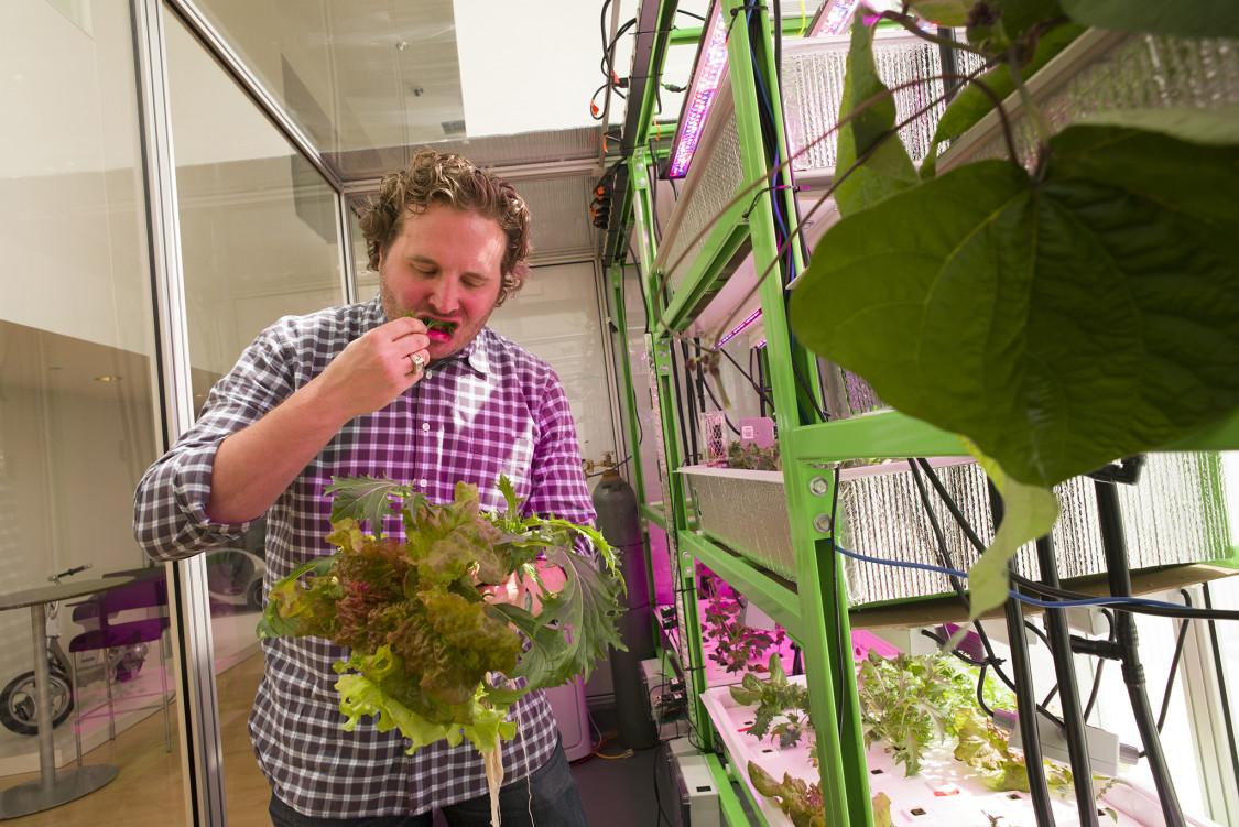 Калеб Харпер всвоей лаборатории вMIT.