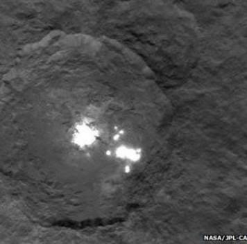 Dawn передал наЗемлю более детальные снимки загадочных белых пятен Цереры