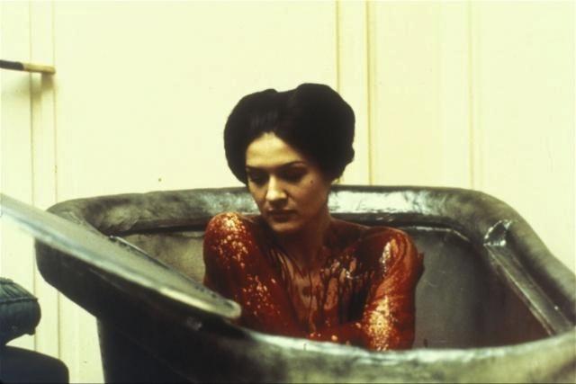 Графиня Эржебет Батори принимает ванну из крови девушек для омоложения. Кадр из фильма Валериана Боровчика «Аморальные истории»