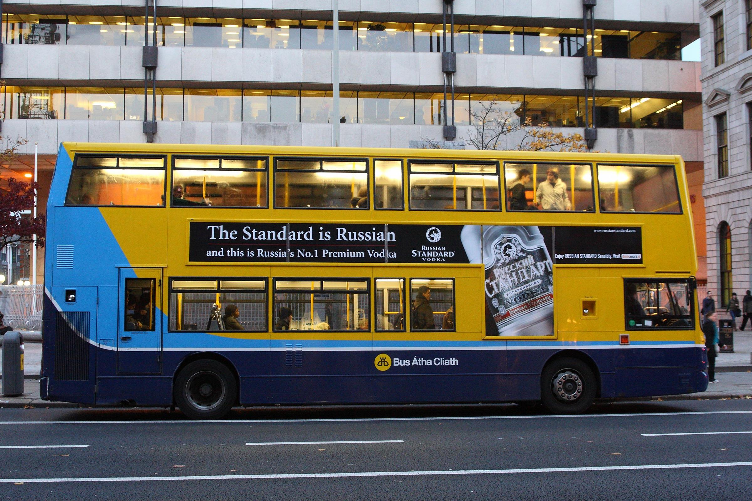 Реклама водки российского бренда наавтобусе вДублине, Ирландия.