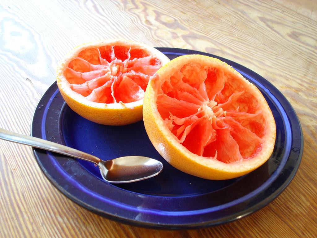 Выжатые половинки грейпфрута. После такой еды лучше ненаходится насолнце.