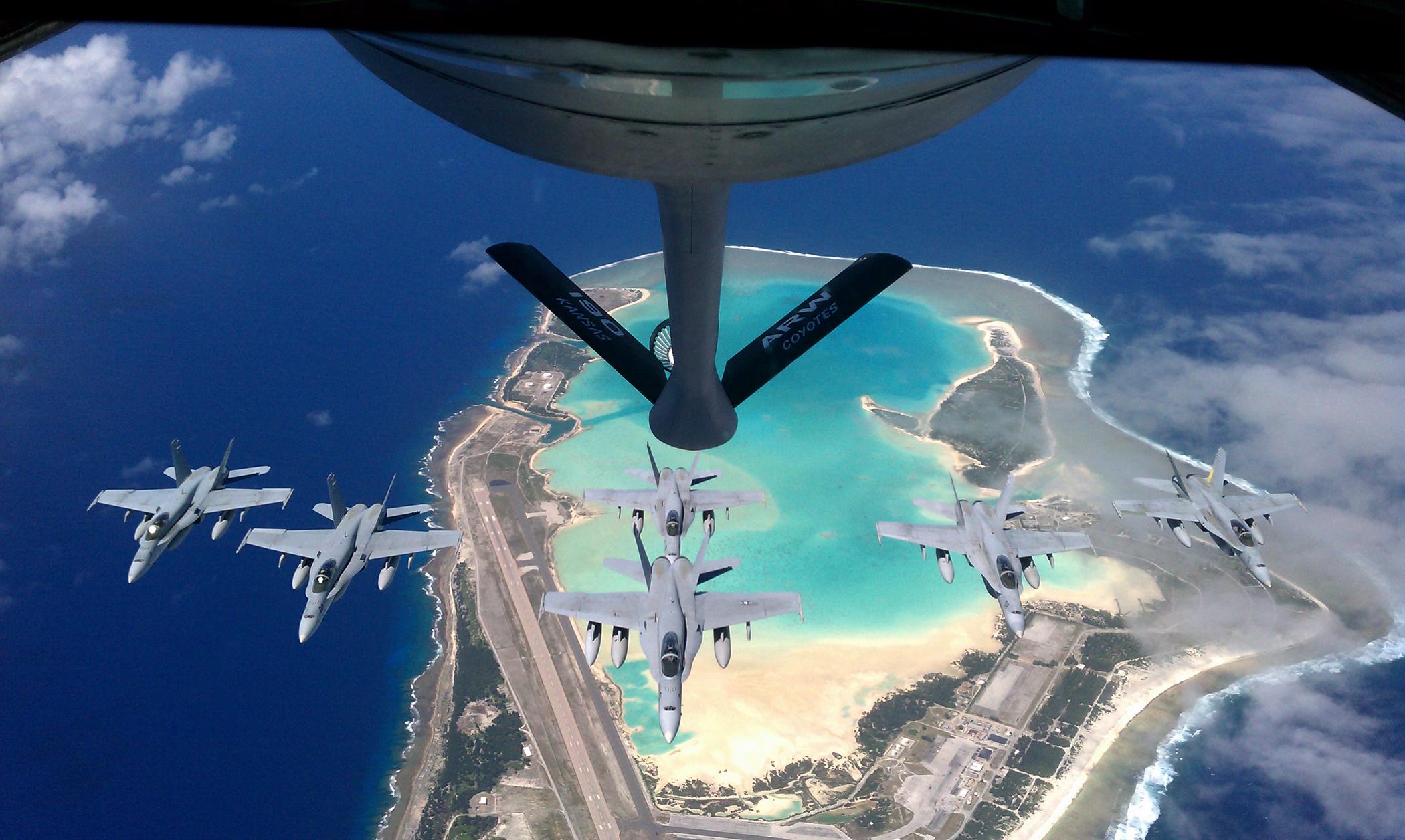Вид наостров Уэйк сборта военного заправочного самолёта
