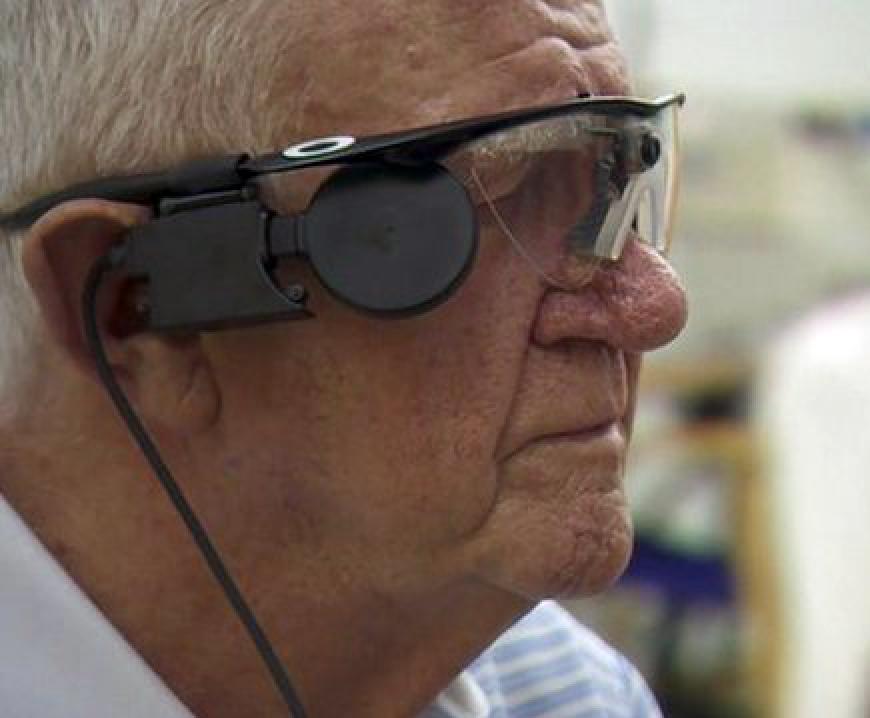 """Мистер Флинн говорит, что он """"в восторге"""" от импланта инадеется, что со временем он улучшит его зрение настолько, чтобы можно было выполнять такие ежедневные задачи, как уход за садом исовершение покупок."""
