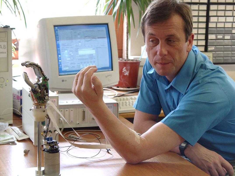 Кевин Уорик управляет электронно-механической рукой спомощью импланта