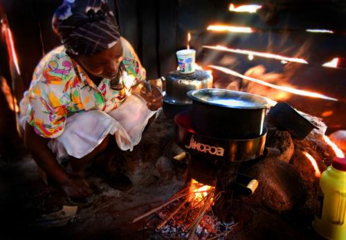 Женщина готовит напечи, поставленной The Paradigm Project