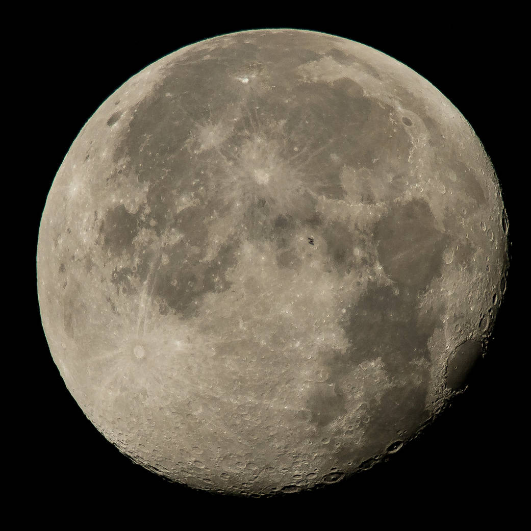 Фото 2 августа 2015 года— МКС нафоне полной Луны.