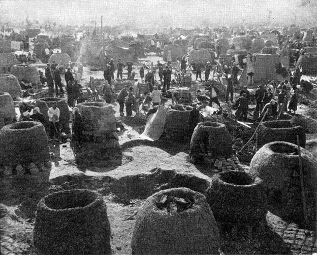Экономика Китая знавала инесравнимо более сложные времена, нежели нынешнее замедление роста. Нафото— китайские крестьяне выплавляют сталь вкустарных глиняных печах впериод так называемого «Большого скачка» (1958—1960 гг.).