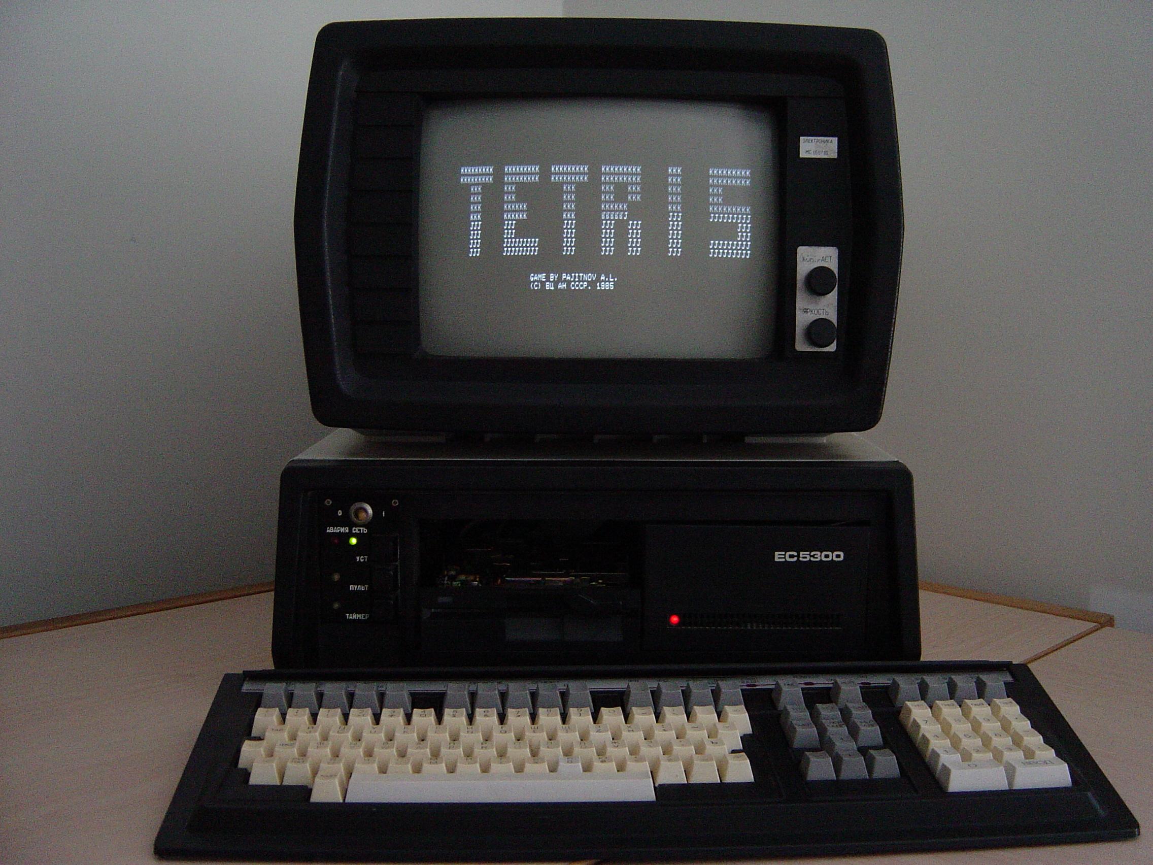 Тетрис— компьютерная игра, изобретённая вСССР Алексеем Пажитновым. Представлена общественности 6 июня 1984 года.