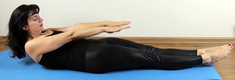 Лечь наспину свытянутыми вдоль туловища руками. Ноги выпрямить. Незначительно приподнимайте верхнюю часть корпуса до лопаток. Напрягаем мышцы живота иприжимаем поясницу кполу. Ноги при этом вытянуты, прижаты кполу. Сохранять положение около десяти секунд, азатем медленно опустить тело, возвращаясь висходное положение. Выполнять 10—15 раз сперерывами вдесять секунд