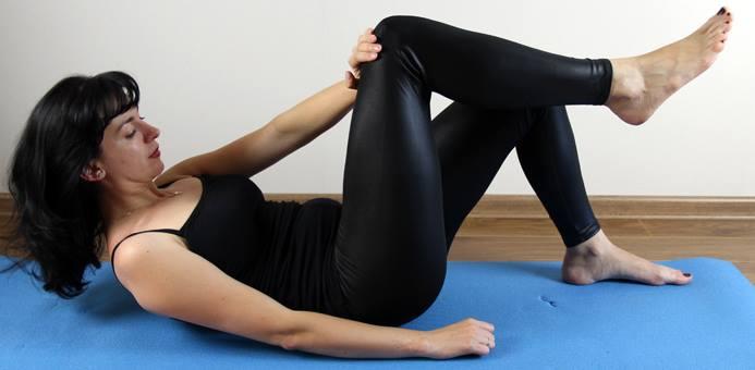 Исходное положение— лёжа наспине. Ноги полусогнуты. Поднимаем правую ногу, алевую руку вытягиваем вперёд, располагая кисть наколене противоположной ноги. Снебольшим усилием давим рукой наколено, оказывая сопротивление правой ногой налевую руку. Выполняем сусилием примерно десять секунд, затем плавно принимаем исходное положение. Выполнять это упражнение нужно по пять-десять раз накаждую руку с15-секундными перерывами. Во время отдыха мышцы туловища, рук иног должны быть максимально расслаблены