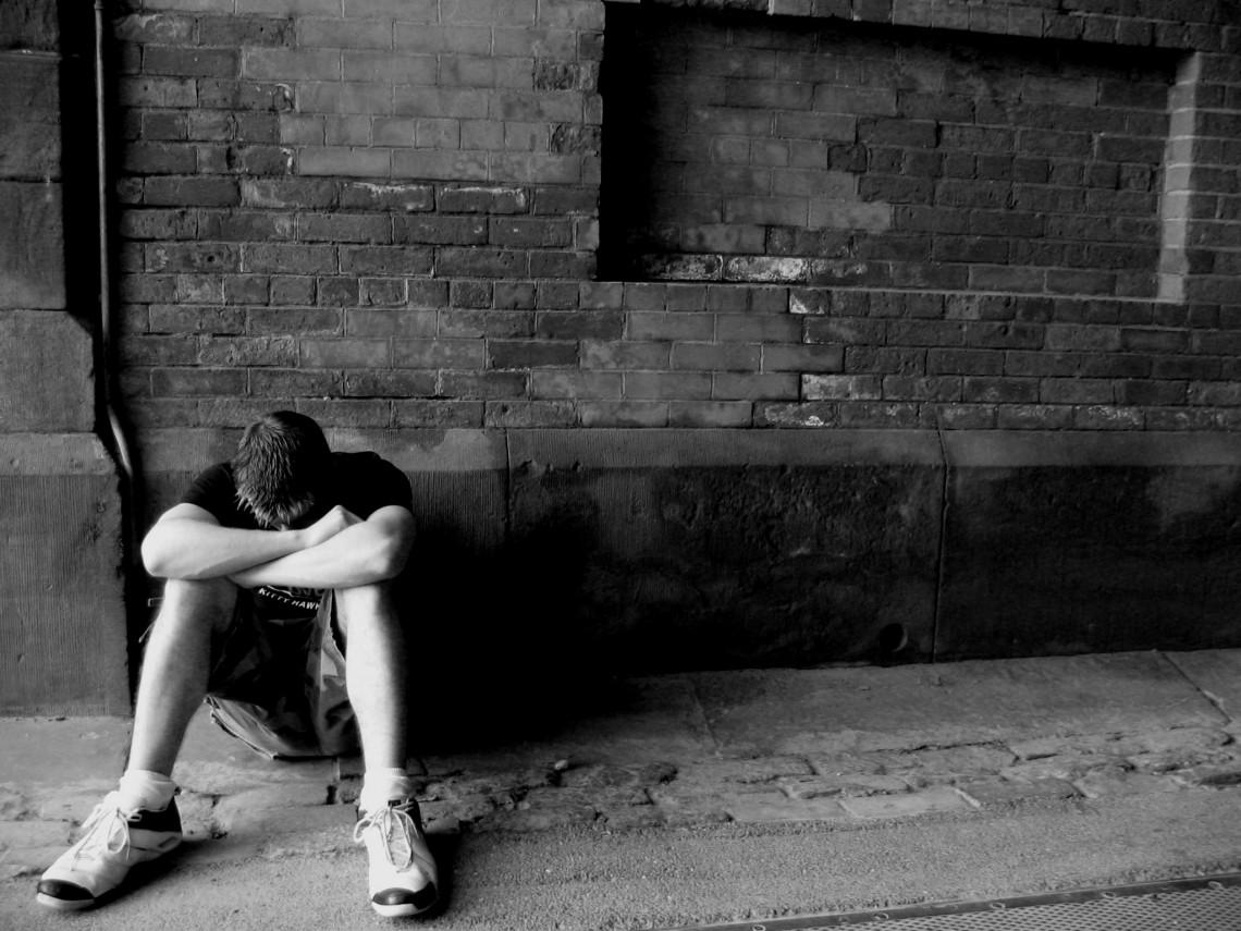 Многие мужчины рассчитывают справиться сдепрессией «своими силами», без посторонней помощи. Зачастую это имеет эффект самолечения илишь усугубляет положение