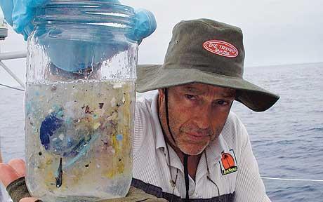 Чарльз Мур иобразец воды из Большого тихоокеанского мусорного пятна