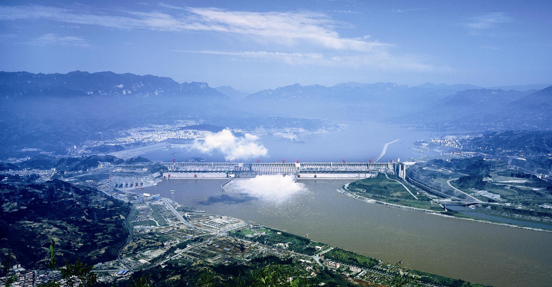 Гидротехническое сооружение Три Ущелья нареке Янцзы вКитае, включающее водохранилище, гравитационную бетонную плотину игидроэлектростанцию, столь грандиозно, что влияет наформу земного геоида.