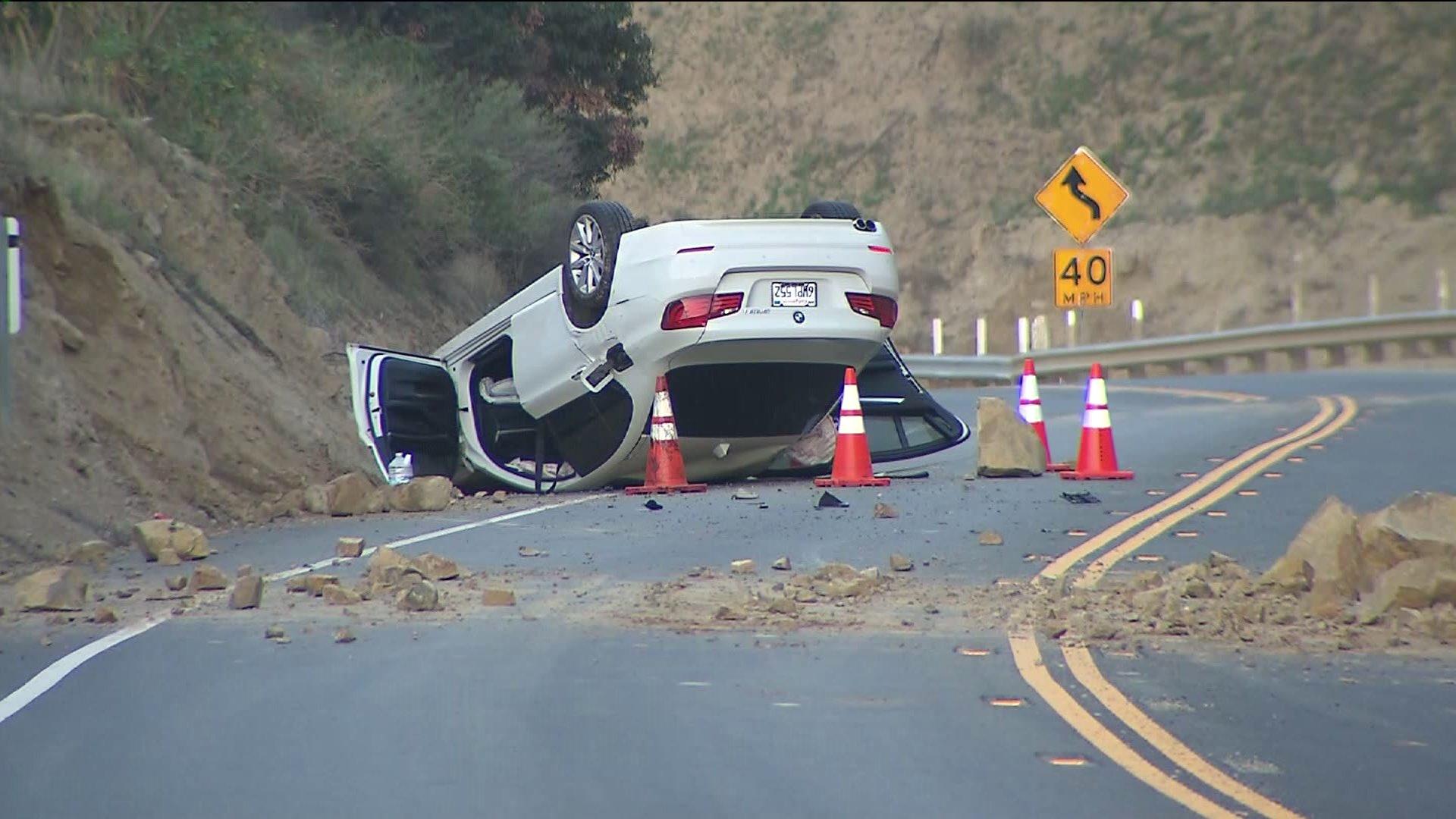 Последствия предыдущего крупного землетрясения впригороде Лос-Анджелеса. Подземные толчки спровоцировали обвал, из-за которого автомобиль перевернулся.
