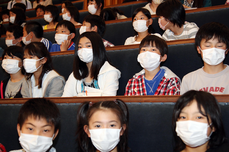Японские школьники вмасках во время пандемии гриппа H1N1 (свиного гриппа) в2009 году.