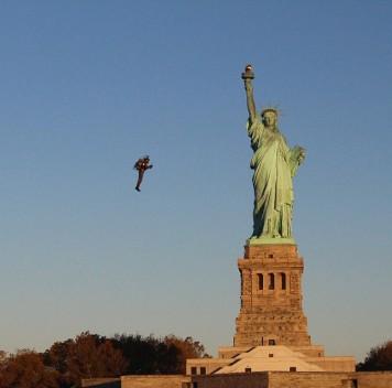 В Нью-Йорке состоялся полёт нареактивном ранце вокруг Статуи Свободы