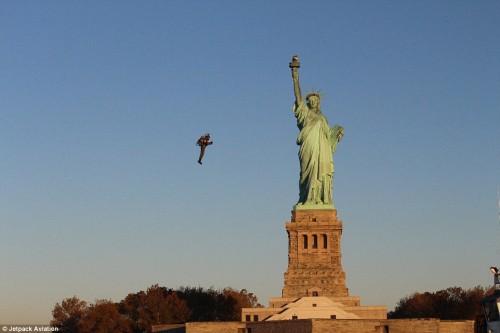 На реактивном ранце вокруг Статуи Свободы