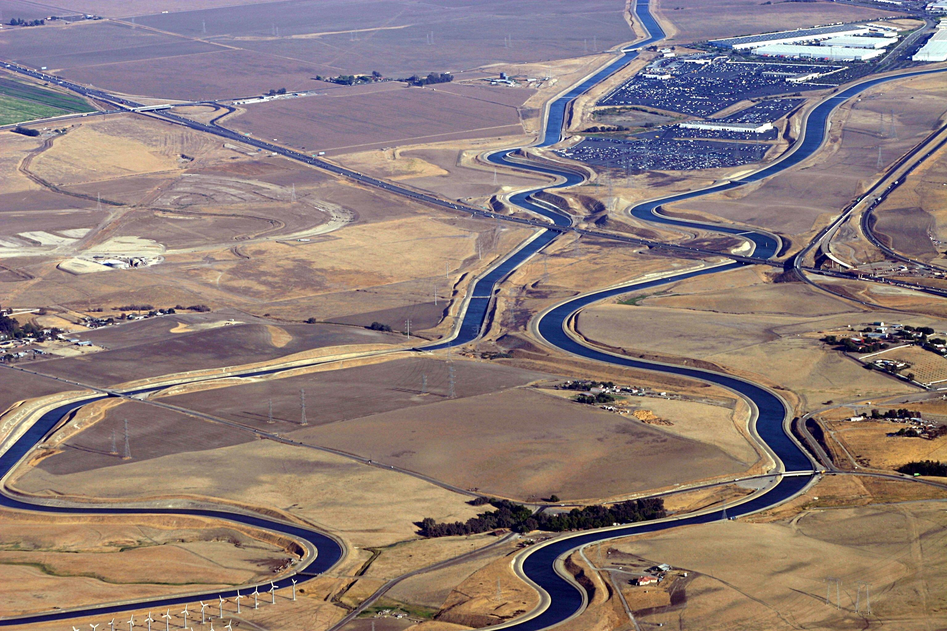 Калифорнийский акведук (справа) иканал Дельта—Мендота (слева)